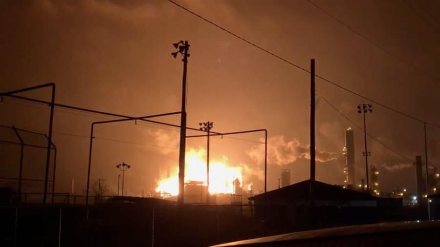 得州化工厂爆炸3伤 居民强制疏散