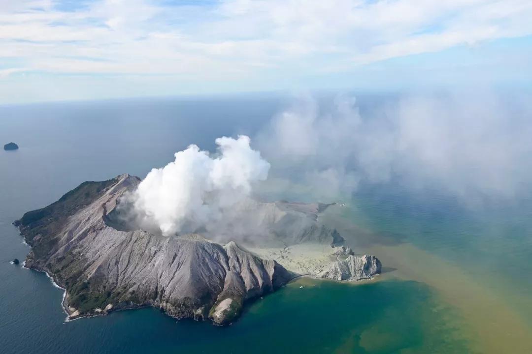 新西兰火山爆发:至少5人死亡,多人失踪