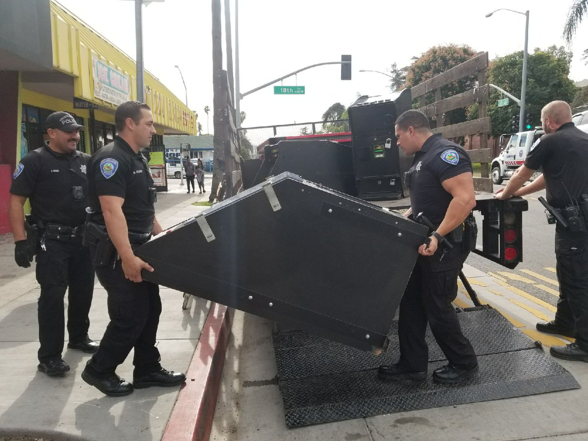 圣贝纳迪诺警方24日进行烟火燃放突击搜捕行动