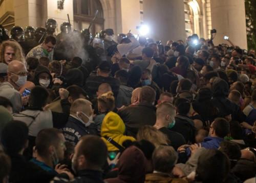 塞尔维亚因再度封城引发抗议居民闯入国会