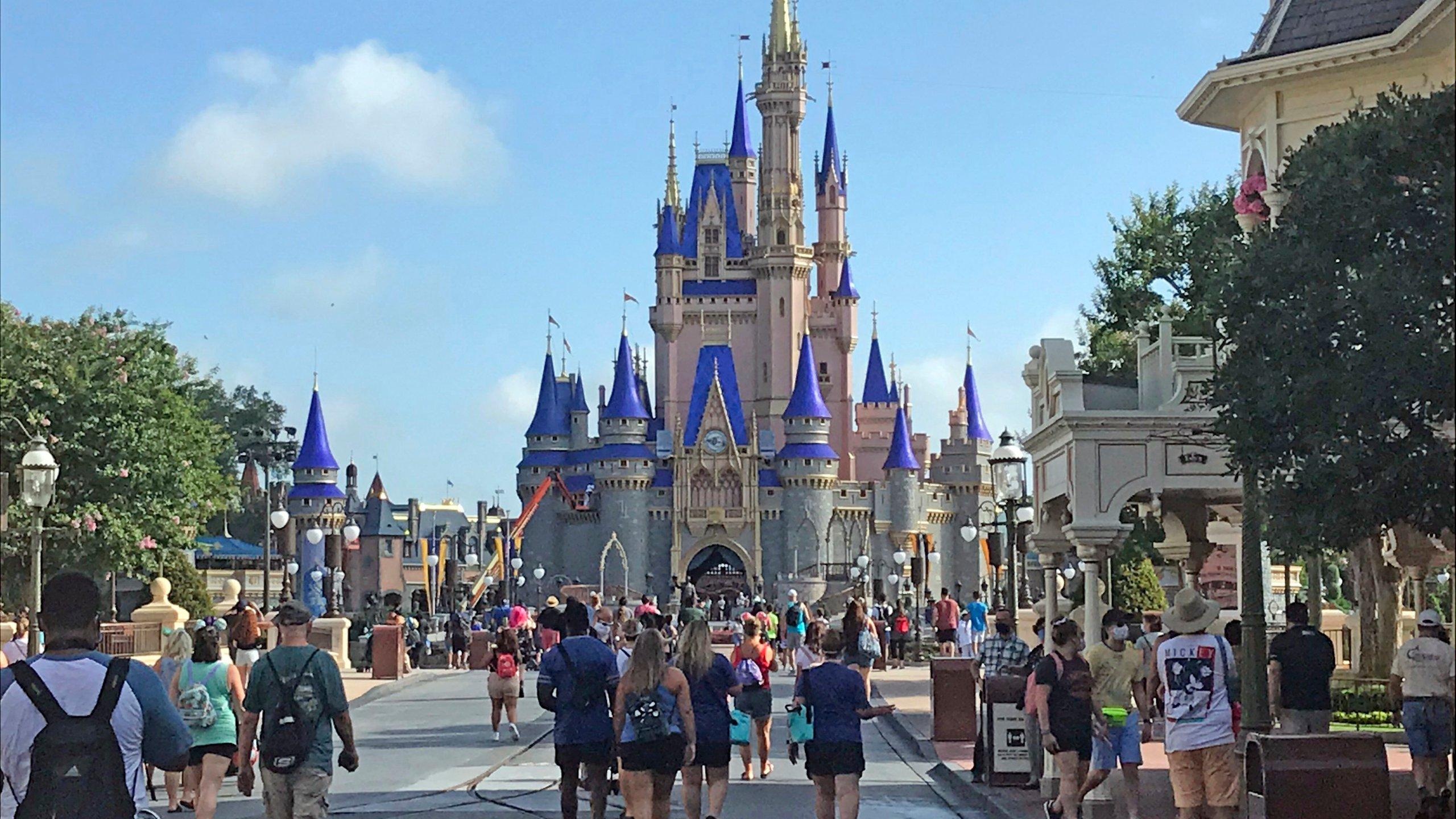 佛州迪士尼乐园重新开放,数百名游客排队等候