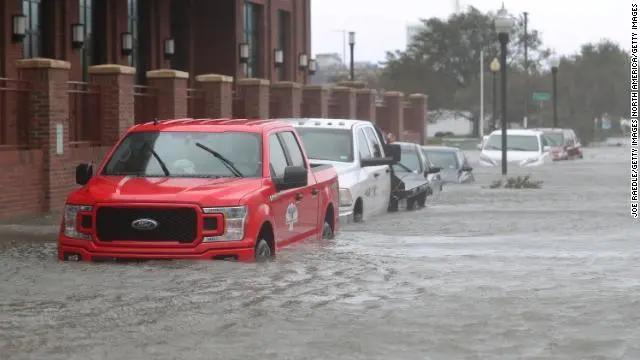 飓风萨莉袭击阿拉巴马州和佛罗里达州,大规模洪水的救援工作正在进行中