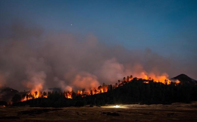 加州山火漂浮长达一个月的浓烟已造成1,000人以上死亡