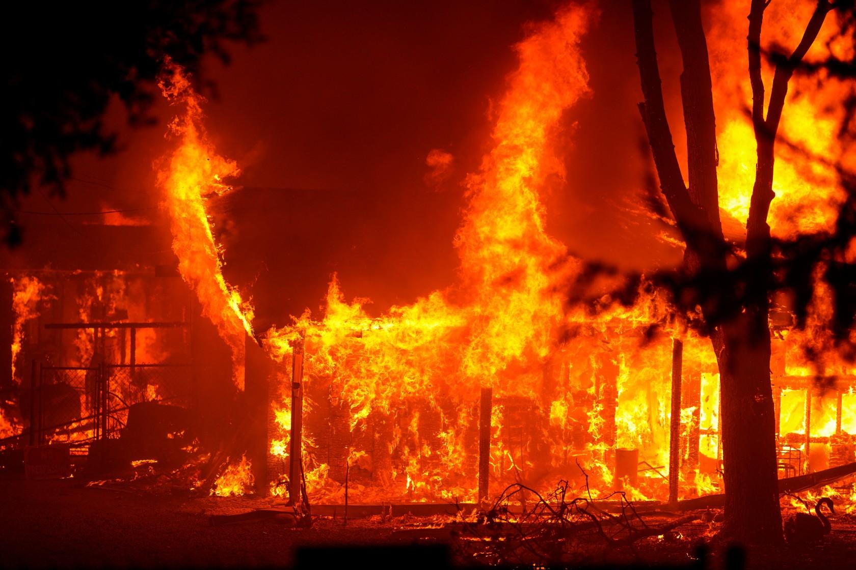 纳帕酒庄再次爆发山火,一夜之间被11000英亩大火包围