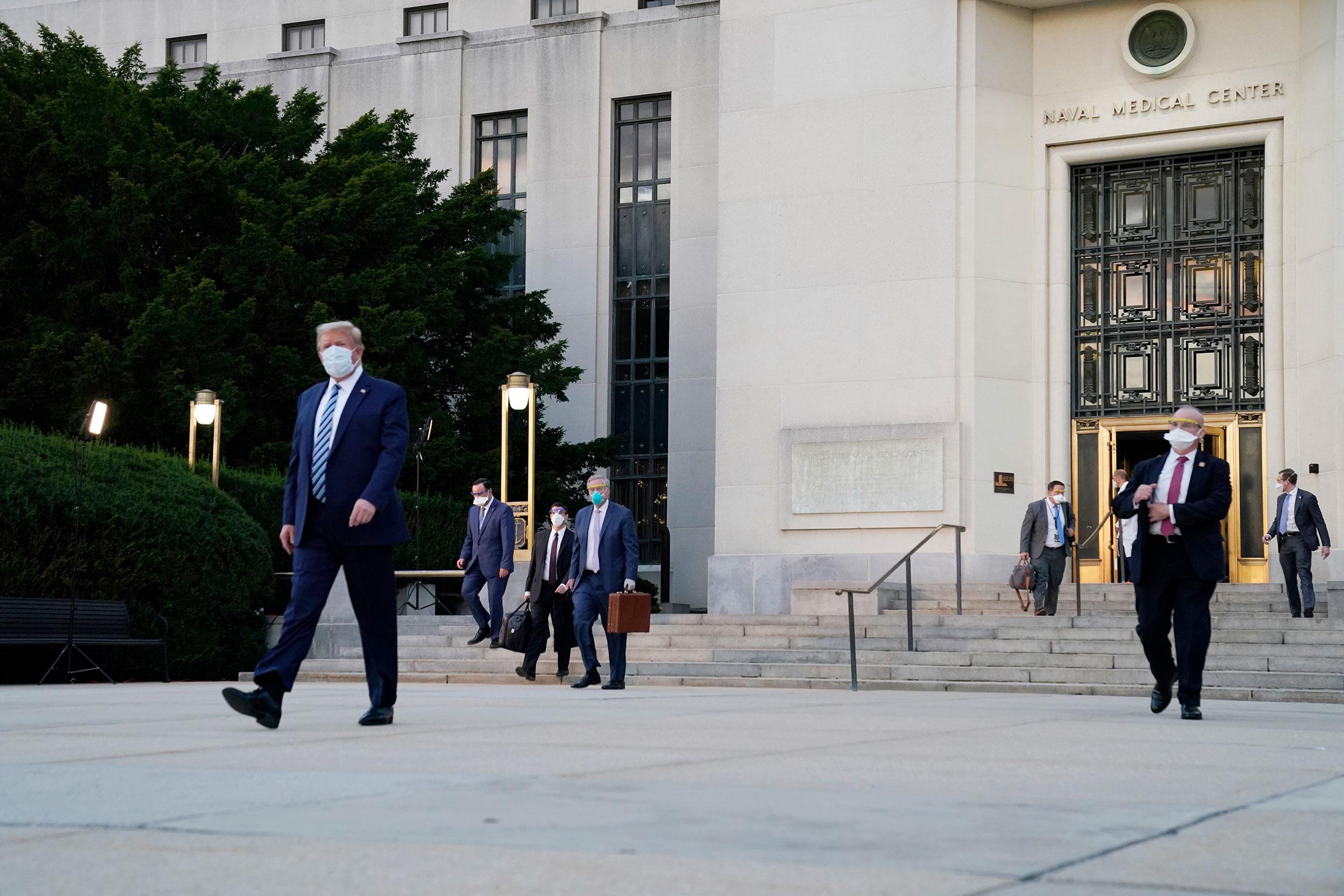 特朗普病情及白宫疫情更新:特朗普今晚返回白宫;特朗普的联系人中至少13人确诊【更新】