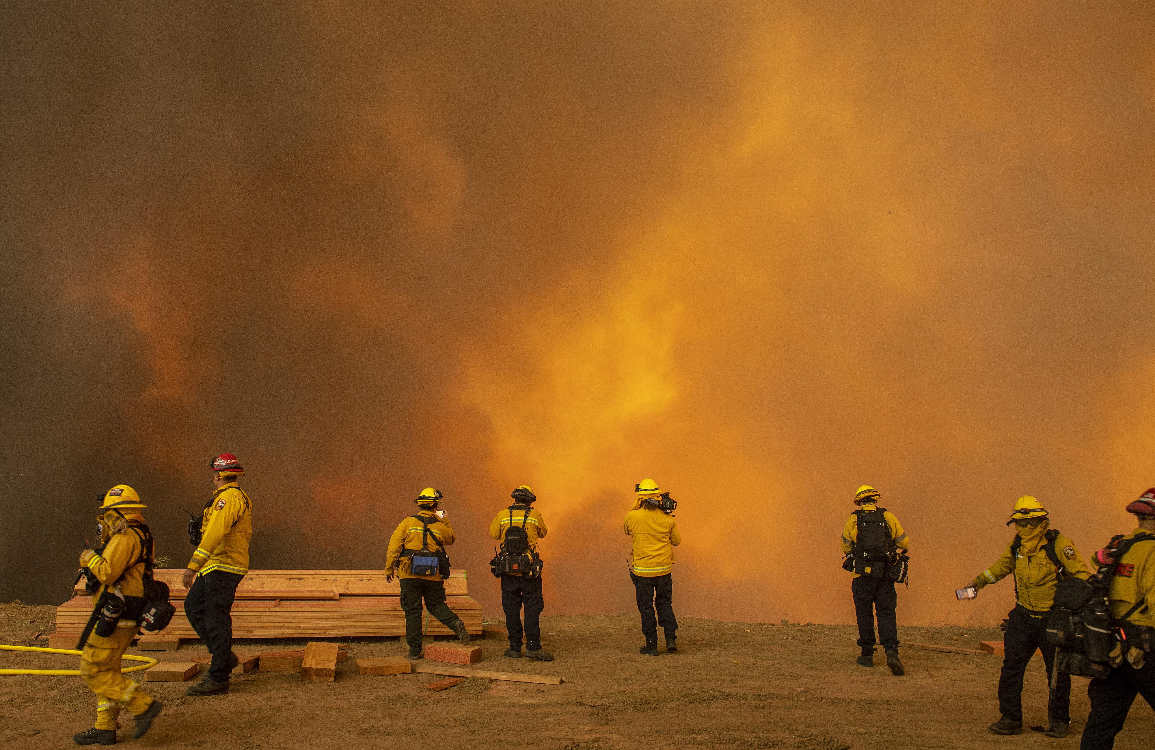 奇诺冈附近的蓝脊野火已经延超超1100英亩