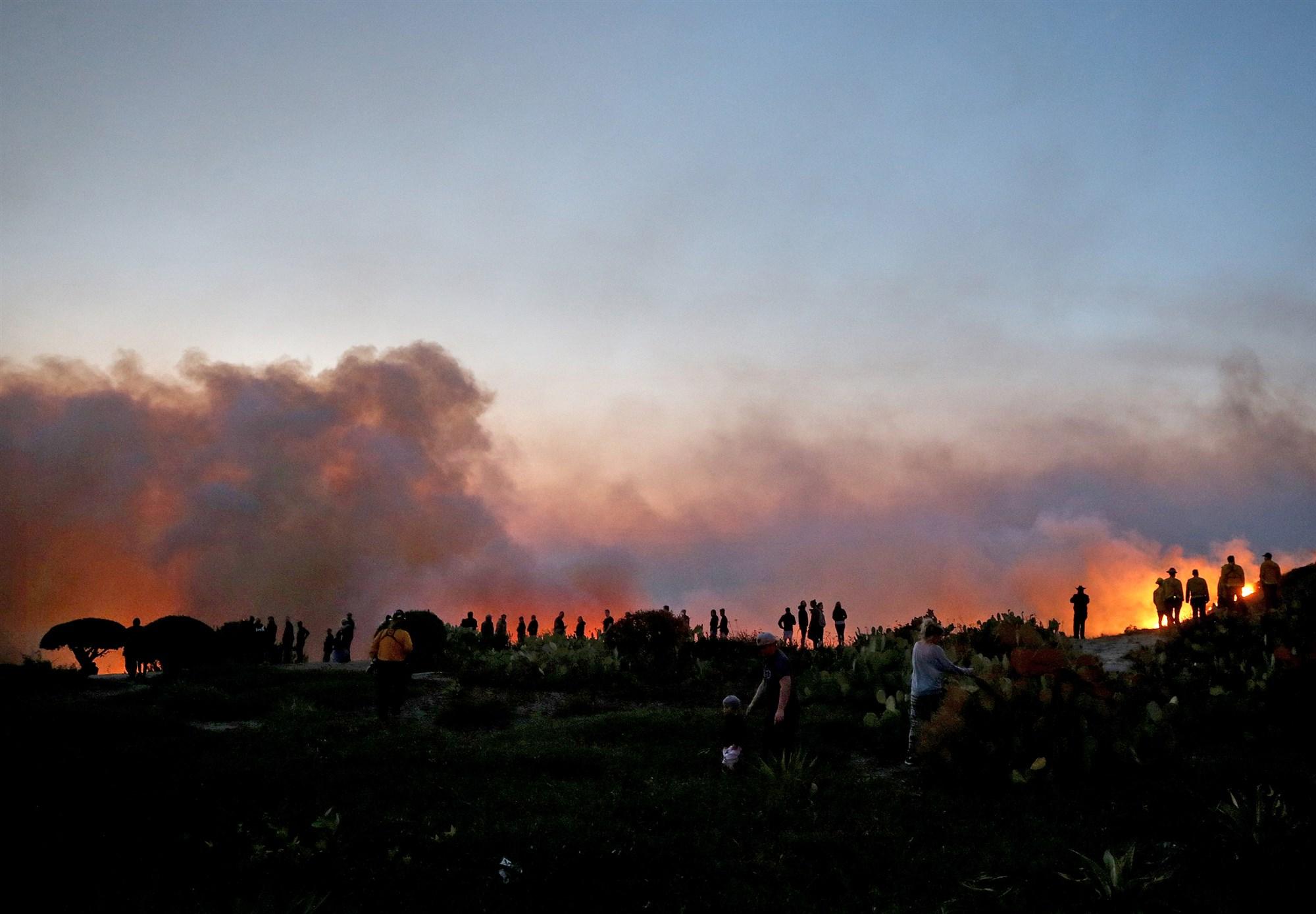 橙县大火更新:西尔维拉多大火燃烧面积达12,600英亩,控制率5%;蓝岭大火燃烧15,200英亩,控制率零