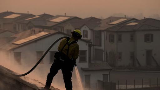 蓝脊大火越过71号公路,导致奇诺岗部分居民强制撤离