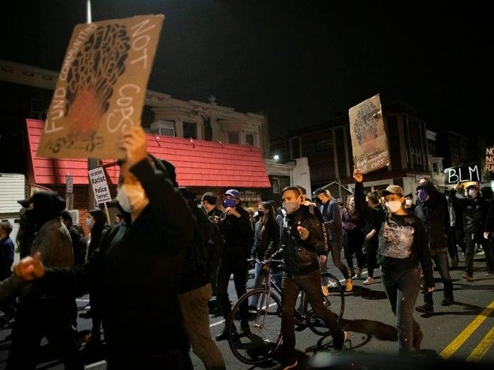 费城抗议示威频发趁火打劫事件,30名警员在暴动中受伤
