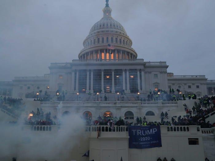 """""""最黑暗的一天"""",5死68人被捕!国会正式确认拜登当选;政界呼吁提前罢免特朗普总统"""