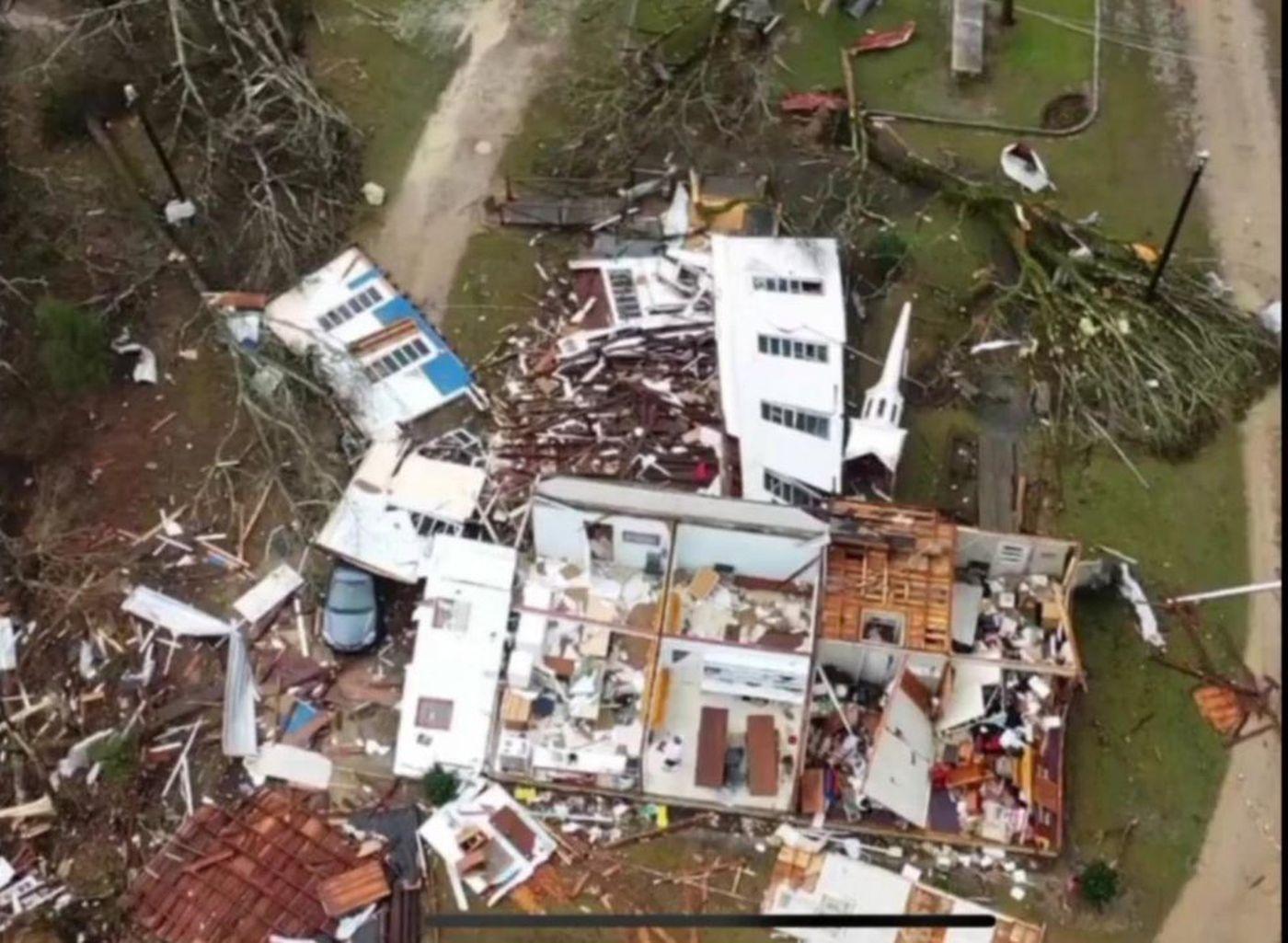 龙卷风侵袭阿拉巴马州卡尔洪郡,造成至少5人死亡