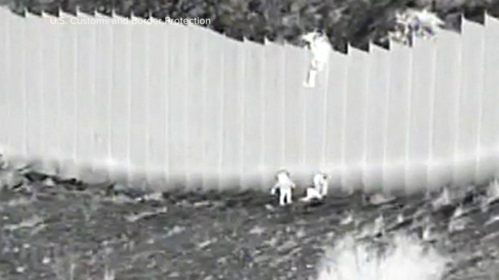 震惊!偷渡团伙将幼童从4米多高的边境墙扔入美国