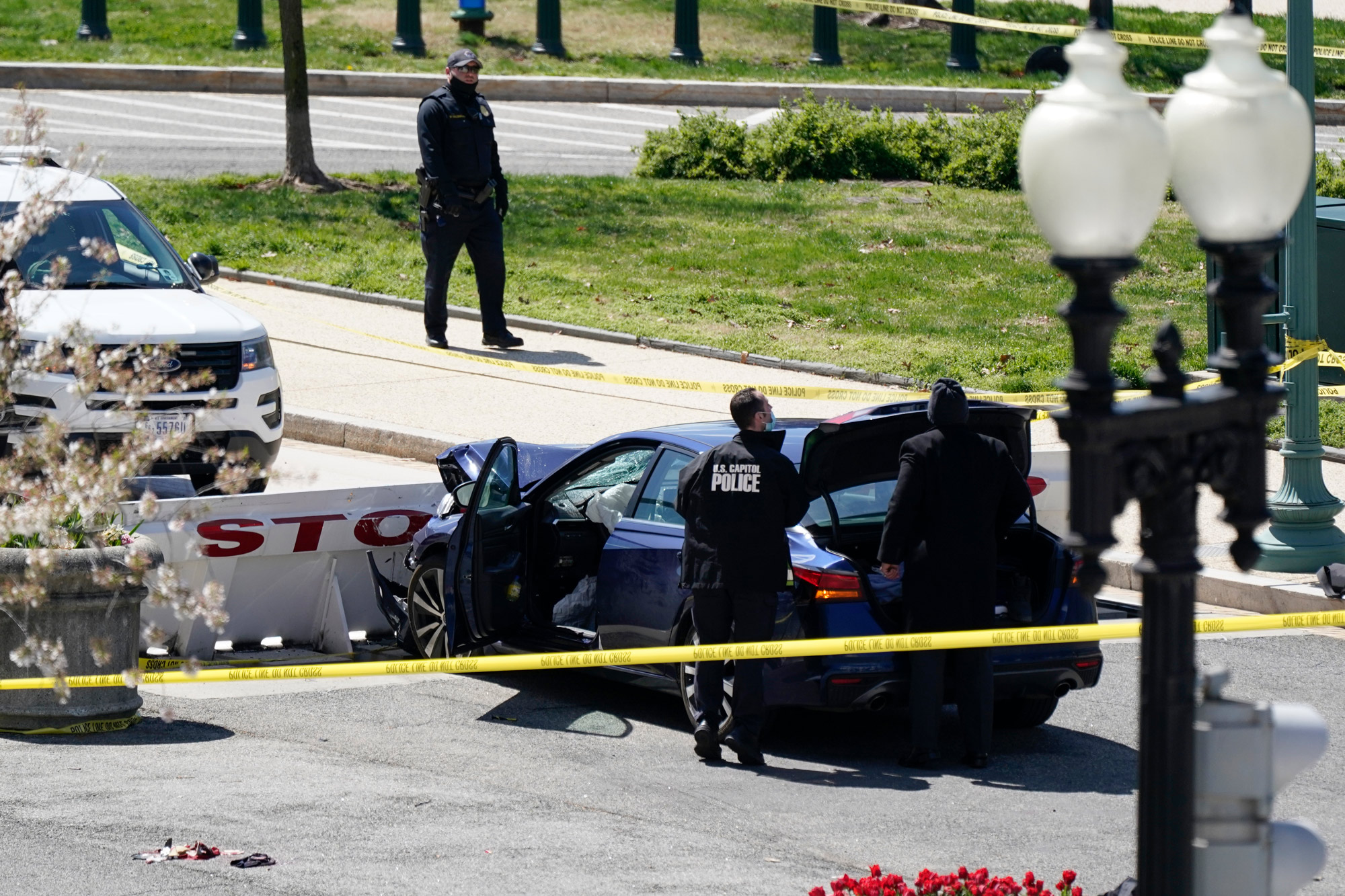 突发!车辆冲撞国会检查站,美国国会大厦紧急封锁!