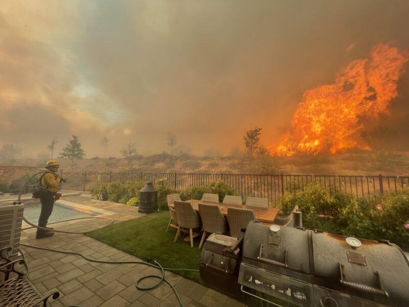 洛杉矶北部卡斯泰克发生灌木起火,火势蔓延超650英亩