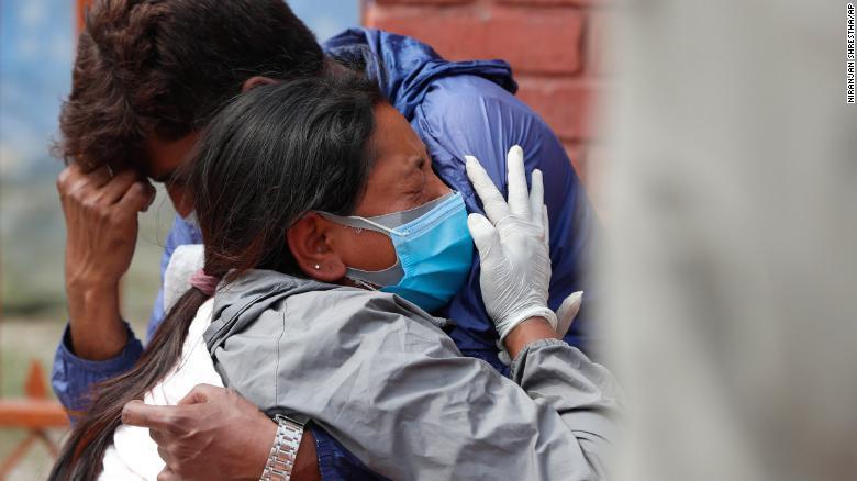 印度24小时内新增、死亡双创纪录,疫情蔓延邻国!尼泊尔确诊激增,恐成下一个印度!