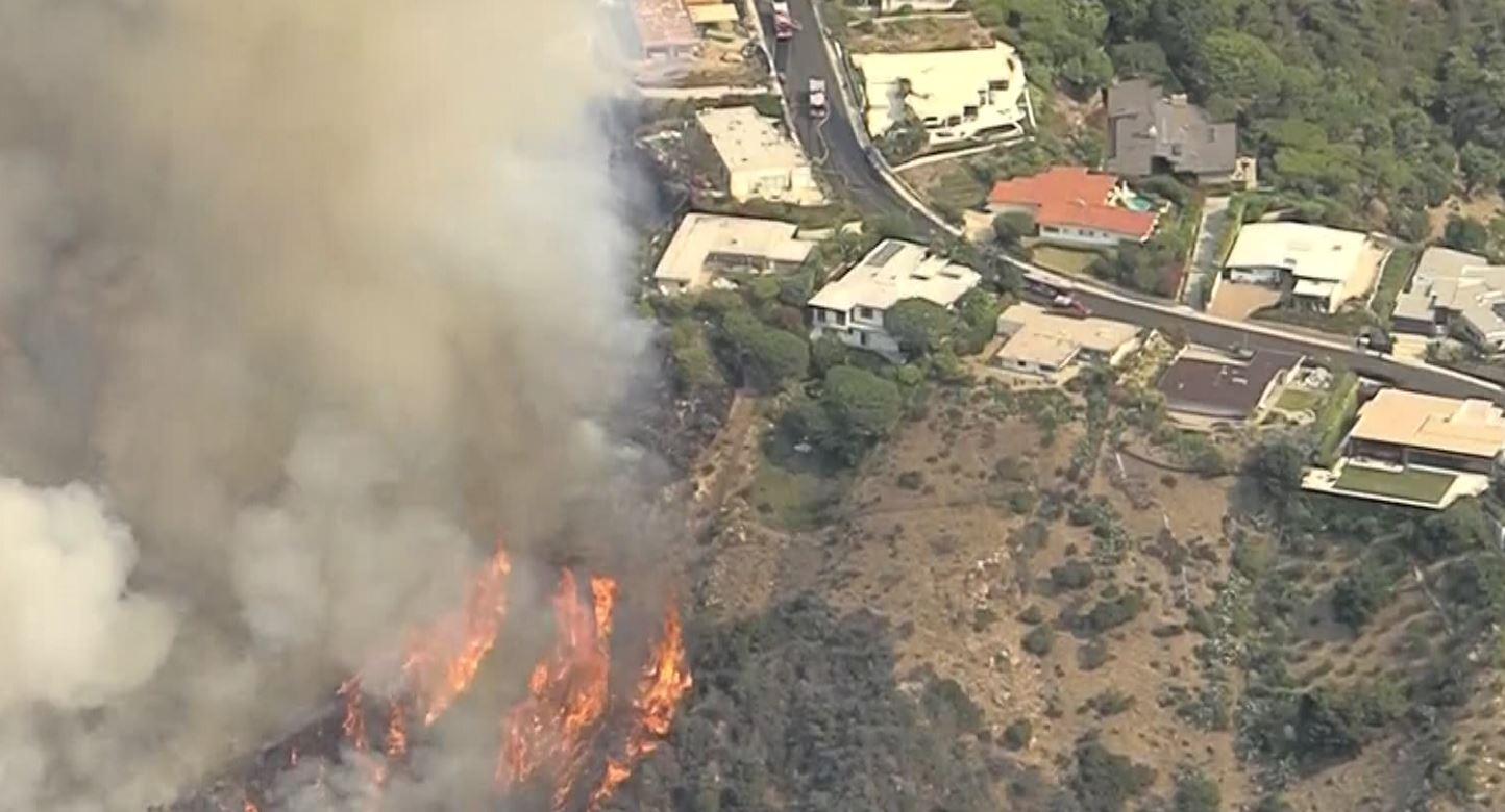 洛杉矶县帕利塞德附近大火全面失控,延烧面积超1325英亩