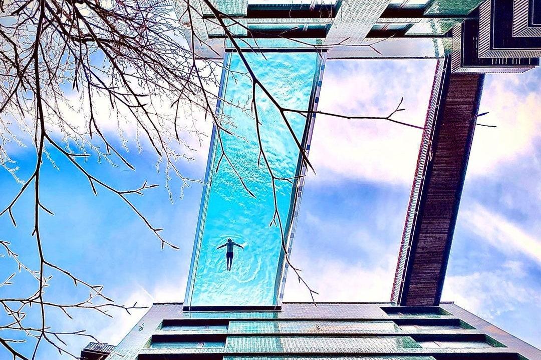 """世界首个全透明""""天空泳池""""在伦敦开业"""