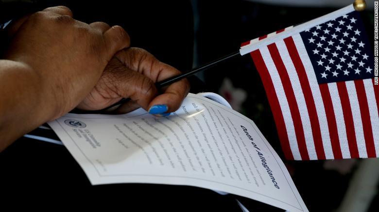 拜登鼓励数百万移民申请美国公民