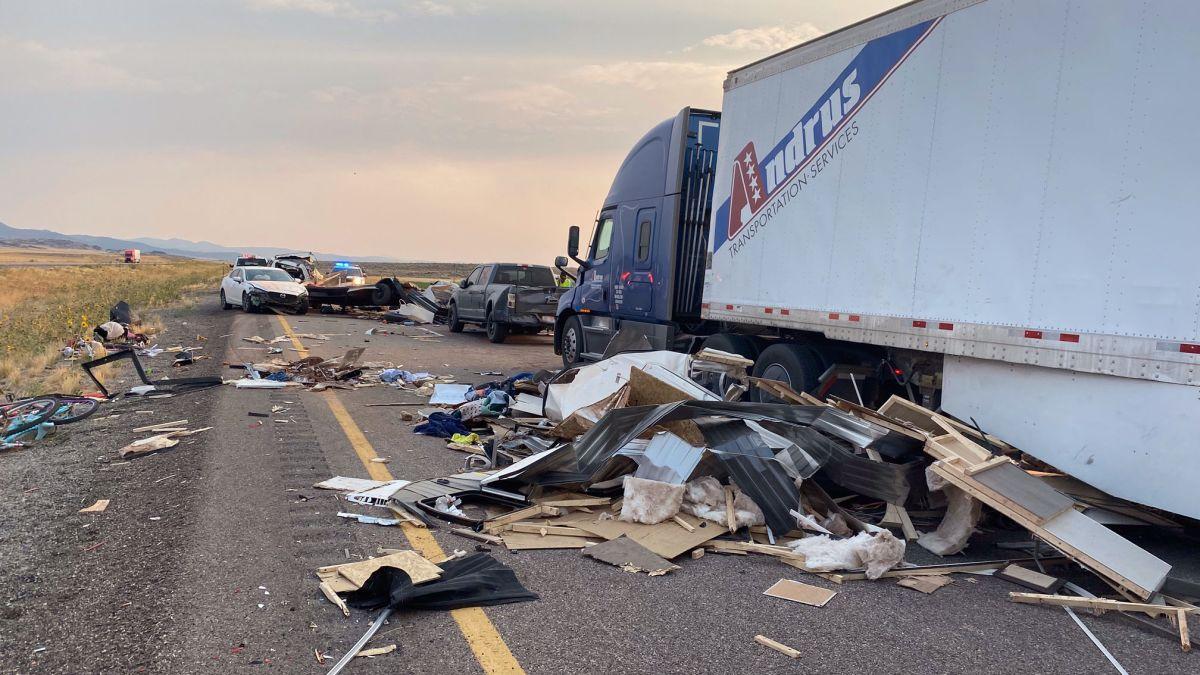犹他州沙尘暴引发20辆车连环相撞