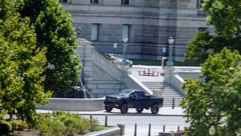国会附近男子声称用皮卡装载炸弹 警方围堵后投降