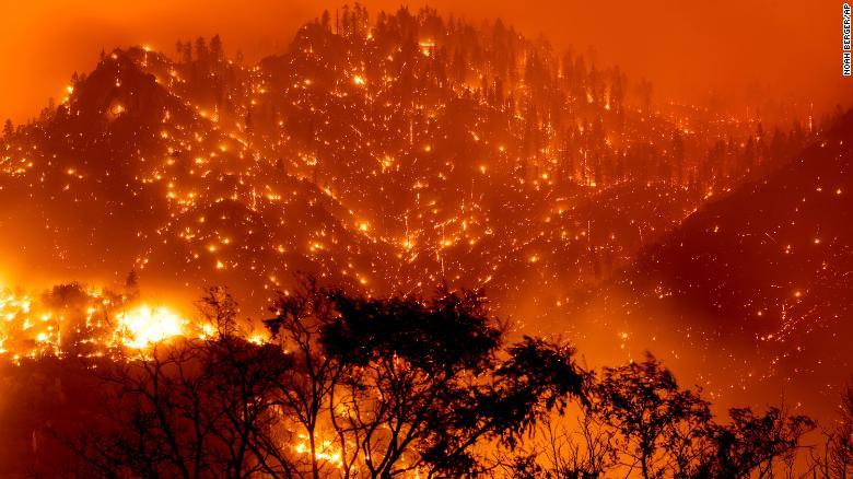 受山火威胁 加州关闭 9 个森林公园