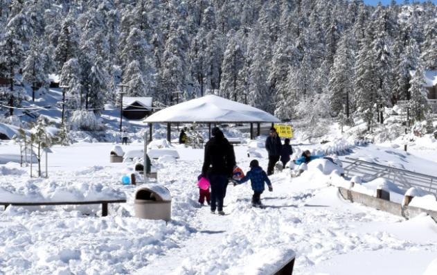 南加州大熊湖提前進入冰雪季 各地游客陆续慕名涌入